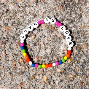 LOVE IS LOVE armband vitt