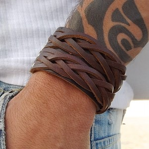 Läderarmband man close up